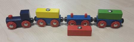 Buntes Holzzug-Set mit 3 Waggons mit magnetischer Ladung