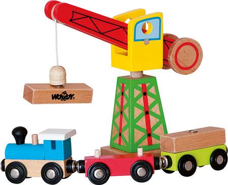 Kran mit Holzeisenbahn und Anhänger