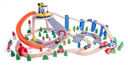 Holzeisenbahn-Set mit Kran und Rutsche