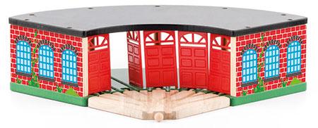 Großer Lokschuppen mit beweglichen Türen